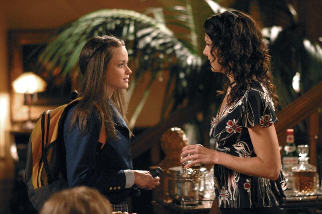 Um Rory (Alexis Bledel, l.) bei der Erfüllung der Aufnahmebestimmungen für Harvard zu unterstützen, besorgt Lorelai (Lauren Graham, r.) die Adresse... - Bildquelle: 2002 Warner Bros.