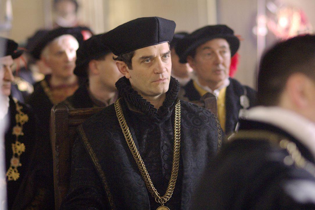 Der Sekretär des Königs, Thomas Cromwell (James Frain, M.), führt Thomas Cranmer beim König ein, der ihn dann zu seinem Hauskaplan ernennt ... - Bildquelle: 2008 TM Productions Limited and PA Tudors II Inc. All Rights Reserved.
