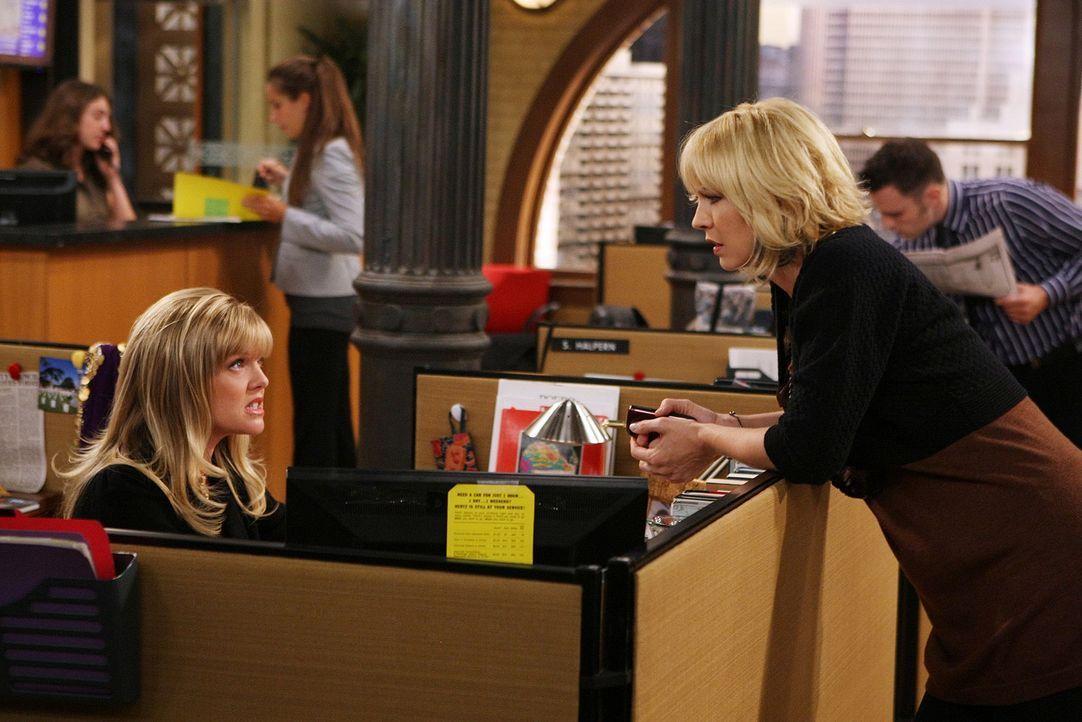Olivia (Ashley Jensen, l.) hat interessante Neuigkeiten für Billie (Jenna Elfman, r.) ... - Bildquelle: 2009 CBS Broadcasting Inc. All Rights Reserved