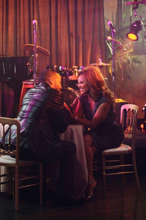 Während Paul einen Racheplan entwickelt, kommen sich Renee (Vanessa Williams, r.) und Doug Perry (Reggie Austin, l.) wieder näher. Doch wird es gut... - Bildquelle: ABC Studios