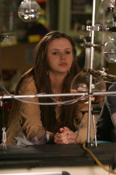 Gott gibt Joan (Amber Tamblyn) den Rat, in der Schule härter zu arbeiten. Deshalb belegt sie einen Zusatzkurs in Chemie ... - Bildquelle: Sony Pictures Television