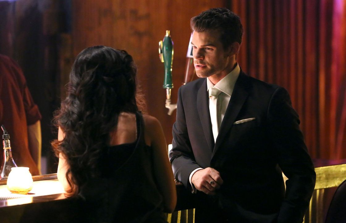 Dank Marcel muss sich Elijah (Daniel Gilles, r.) mit der jungen Vampirin Gia (Nishi Munshi, l.) rumschlagen. Wird er erkennen, welche Ziele Marcel d... - Bildquelle: Warner Bros. Television