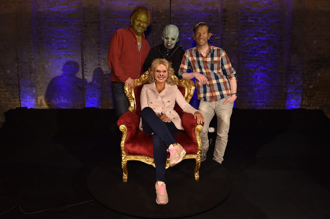 Welcher der drei Männer kann Sarah (vorne) von sich überzeugen - Sven (l.), Jerrad (M.)  oder Philipp (r.)? - Bildquelle: Andre Kowalski Sixx