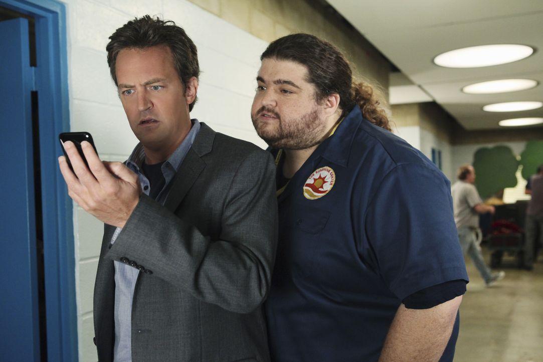 Vor neugierigen Mitarbeitern wie Bobert (Jorge Garcia, r.) ist Ben Donovan (Matthew Perry, l.) nie sicher ... - Bildquelle: Sony Pictures Television Inc. All Rights Reserved.