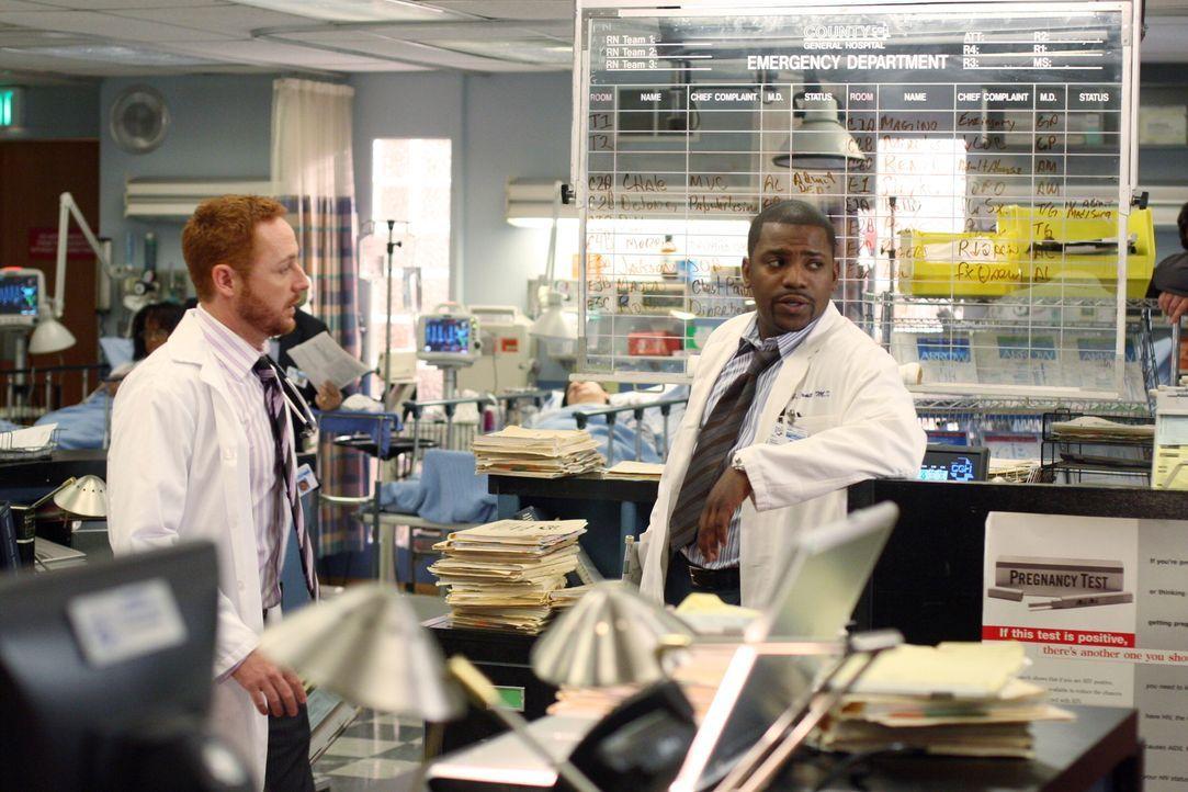 Sind sich nicht immer einig: Morris (Scott Grimes, l.) und Pratt (Mekhi Phifer, r.) ... - Bildquelle: Warner Bros. Television