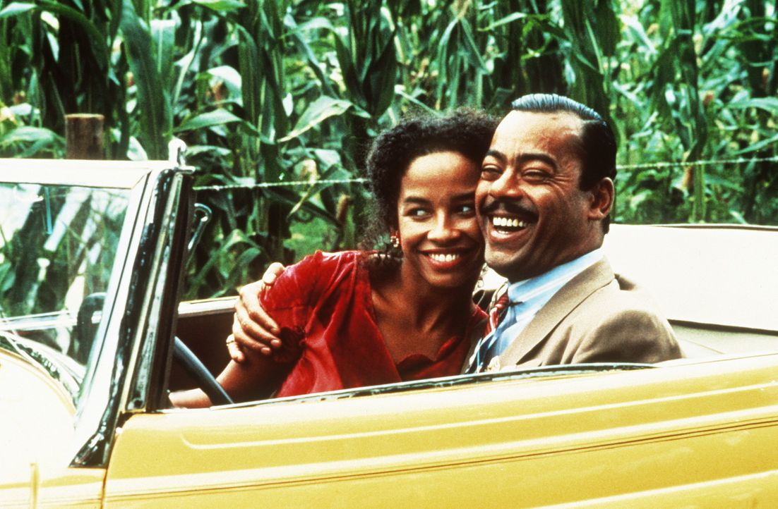 Die Bluessängerin Shug Avery (Margaret Avery, l.) bleibt auch nach ihrer Heirat mit Grady (Bennet Guillory, r.) Celie liebevoll zugetan. - Bildquelle: Warner Bros.
