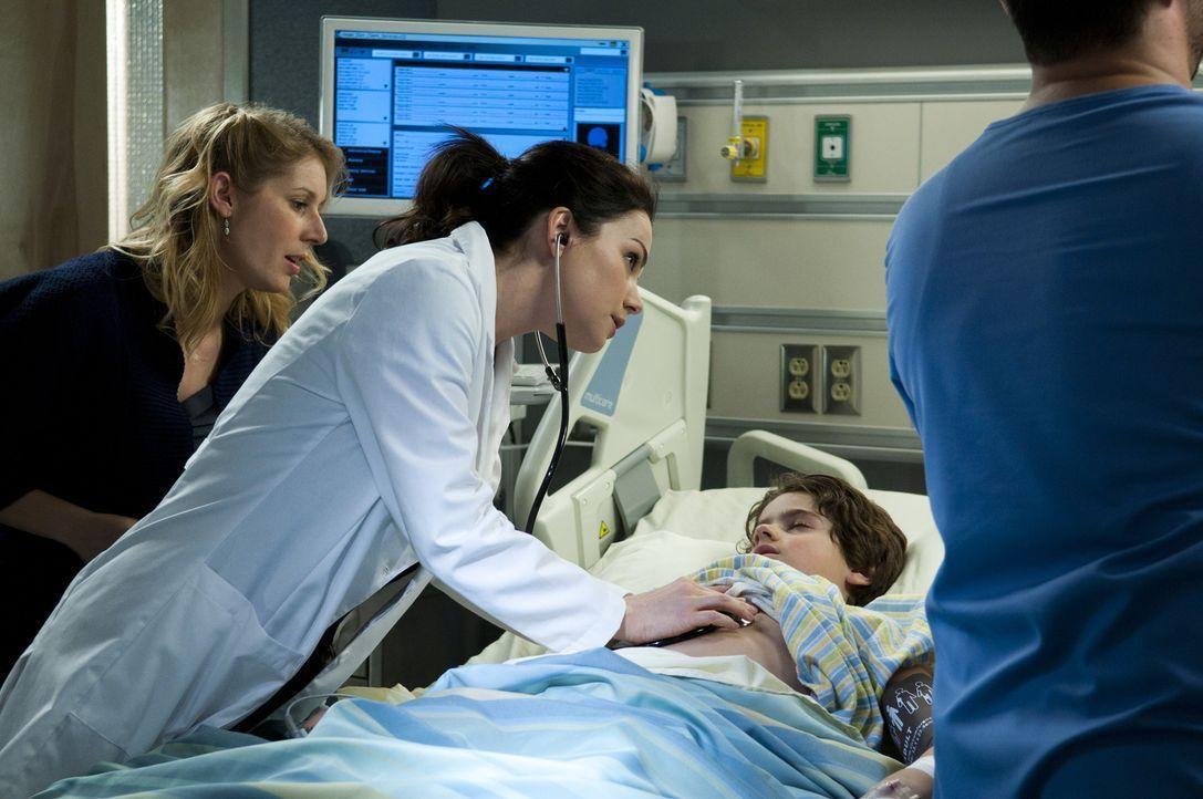 Der kleine Cal (Jake Goodman, 2.v.r.) leidet unter mysteriösen Symptomen. Kann Dr. Alex Reid (Erica Durance, 2.v.l.) ihm helfen? - Bildquelle: 2012  Hope Zee One Inc.