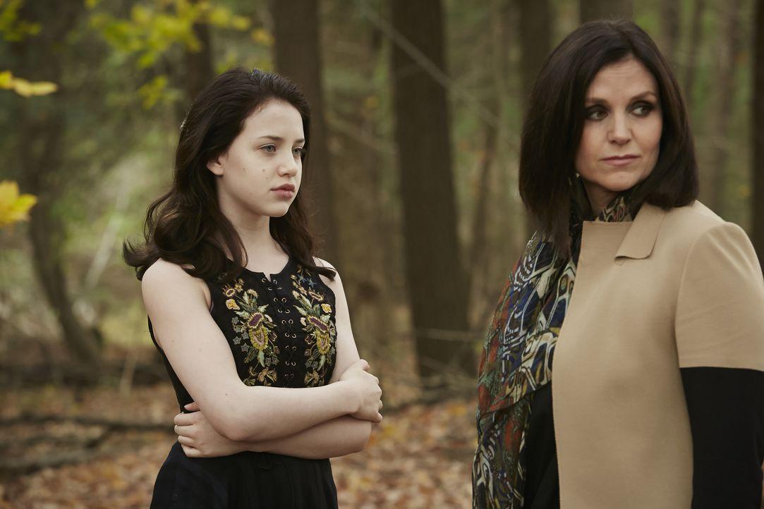 Wird Savannah (Kiara Glasco, l.) wirklich den Tod Ruths (Tammy Isbell, r.) und aller anderen Hexen herbeiführen? - Bildquelle: 2015 She-Wolf Season 2 Productions Inc.