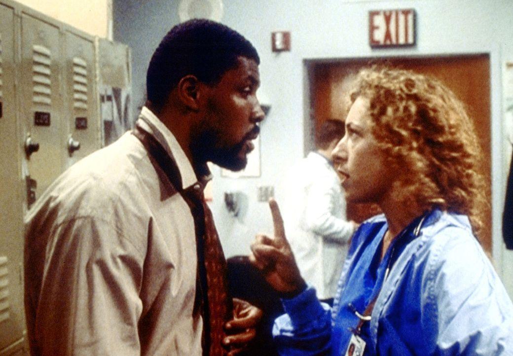 Benton (Eriq La Salle, l.) beschuldigt Corday (Alex Kingston, r.), ihm den Zeitpunkt einer wichtigen Operation verschwiegen zu haben ... - Bildquelle: TM+  2000 WARNER BROS.