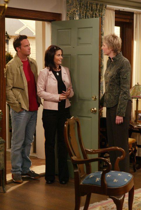 Chandler (Matthew Perry, l.) und Monica (Courteney Cox, M.) freuen sich auf ihr neues Haus, doch als sie von Ellen (Jane Lynch, r.) erfahren, dass J... - Bildquelle: 2003 Warner Brothers International Television