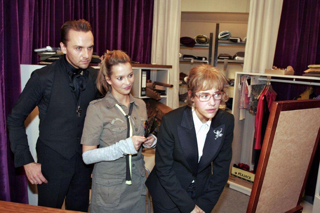 Mit Hilfe von Hugo (Hubertus Regout, l.) und Hannah (Laura Osswald, M.) versucht Lisa (Alexandra Neldel, r.) sich für den TV-Auftritt zurechtzumach... - Bildquelle: Noreen Flynn Sat.1