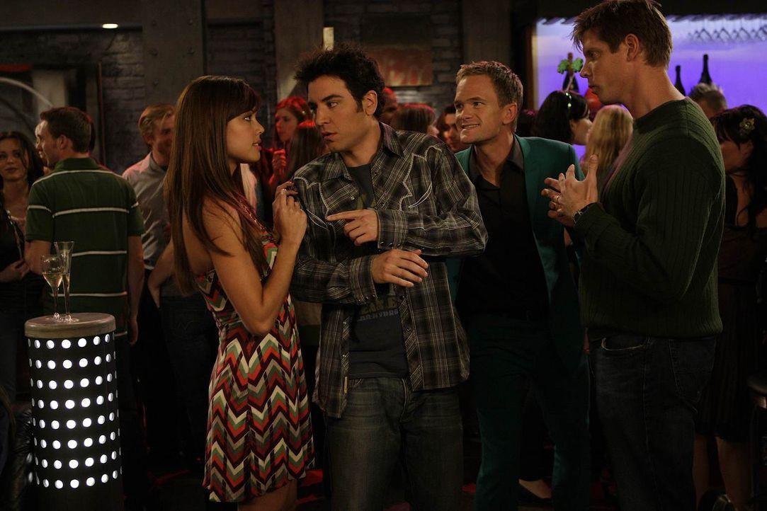 """Im Club unternimmt Ted (Josh Radnor, 2.v.l.) Versuche, um Barneys (Neil Patrick Harris, 2.v.r.) Theorie """"tue Böses, ernte Gutes"""" zu bestätigen. Und... - Bildquelle: 20th Century Fox International Television"""