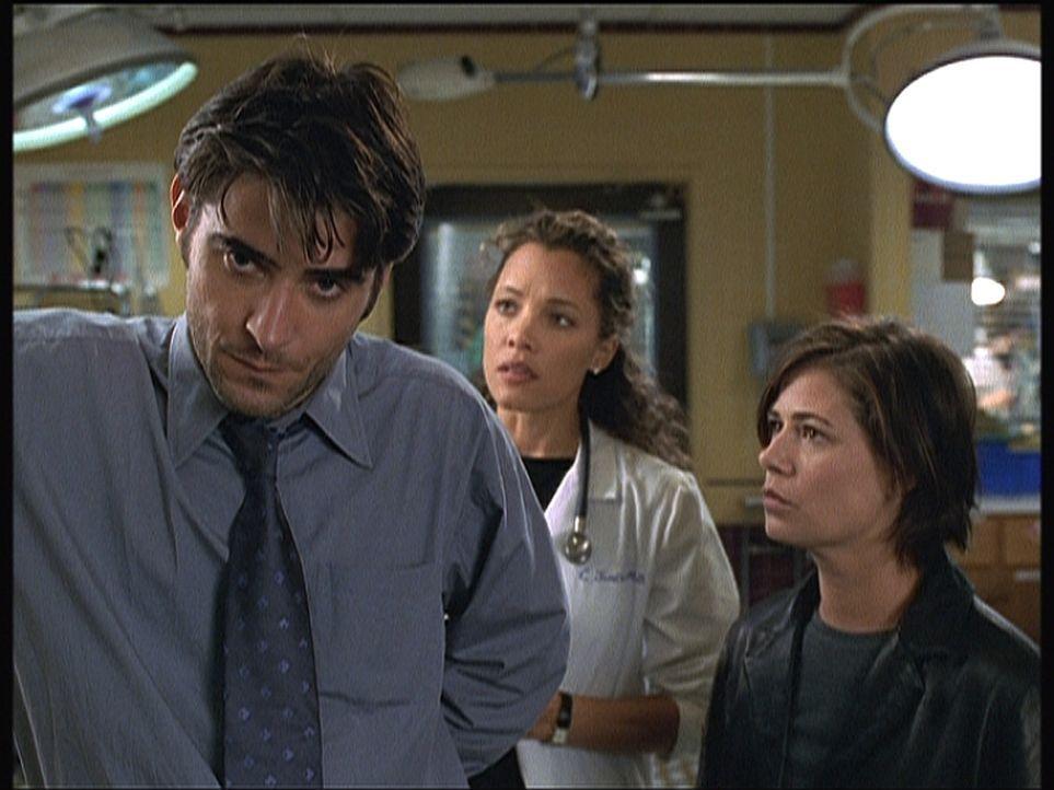 Dr. Kovac (Goran Visnjic, l.) hat einen Straßenräuber, der ihn und Abby (Maura Tierney, r.) überfallen hat, umgebracht. Corday (Alex Kingston) ist e... - Bildquelle: TM+  2000 WARNER BROS.