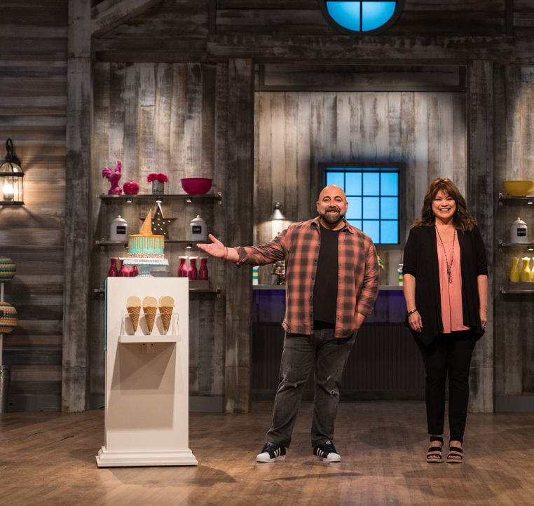 (v.l.n.r.) Duff Goldman; Valerie Bertinelli - Bildquelle: Zack Smith 2018, Television Food Network, G.P. All Rights Reserved./Zack Smith