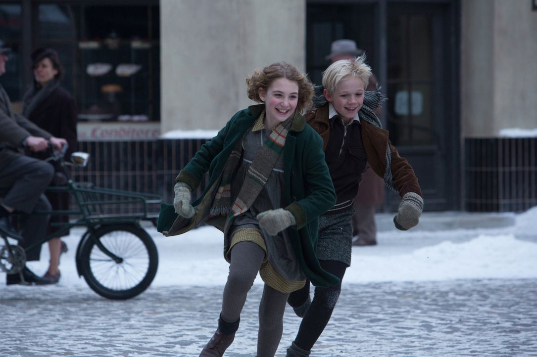 Die Unbeschwertheit ihrer Kindheit wird Liesel (Sophie Nélisse, l.) und ihrem Freund Rudy (Nico Liersch, r.) in der Zeit des Krieges schneller gerau... - Bildquelle: Jules Heather TM and   2013 Twentieth Century Fox Film Corporation.  All Rights Reserved.