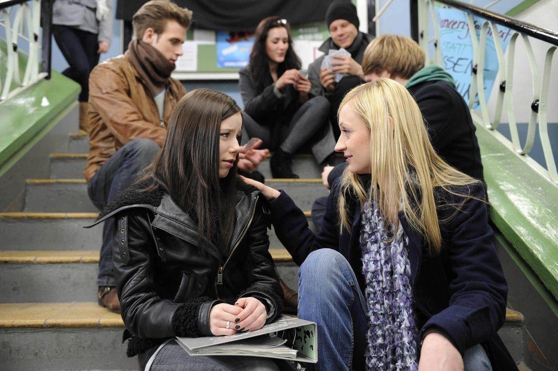 Was haben Luzi (Selina Müller, l.) und Karin (Barbara Sotelsek, r.) vor? - Bildquelle: SAT.1