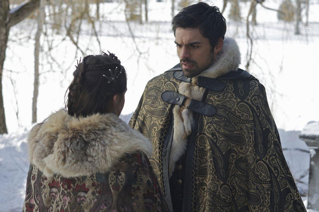 Condé (Sean Teale, r.) gesteht Mary (Adelaide Kane, l.) sein Treffen mit Elizabeths Boten ... - Bildquelle: Sven Frenzel 2014 The CW Network, LLC. All rights reserved.