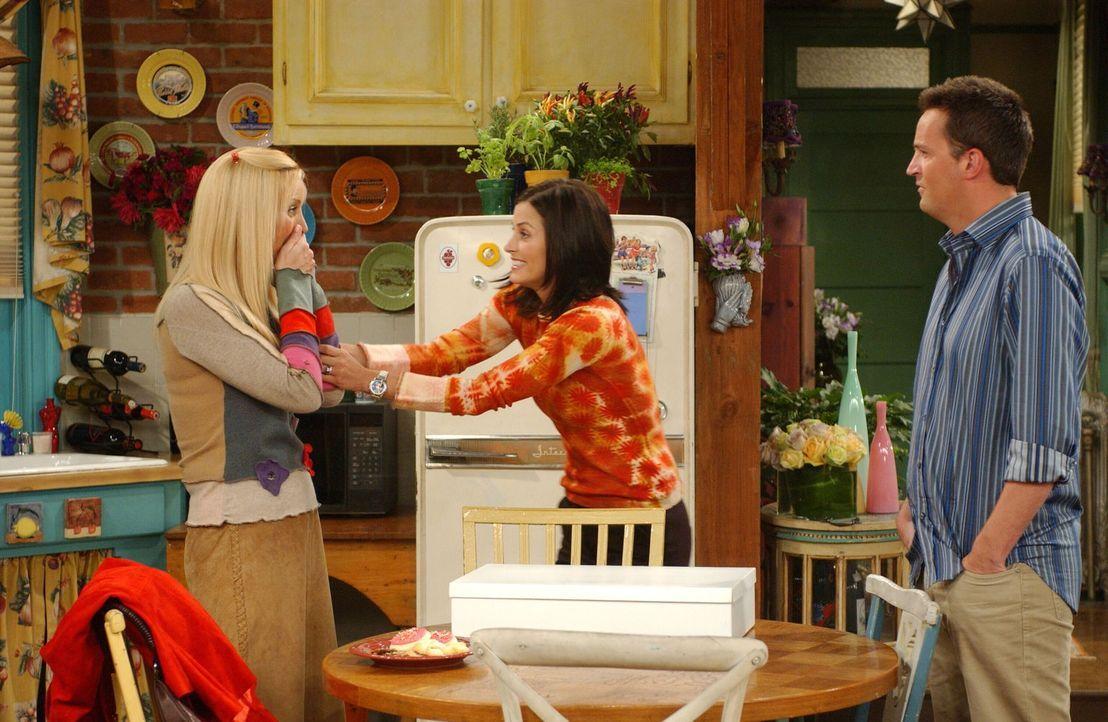 Phoebe (Lisa Kudrow, l.) wird klar, dass sie einen Fehler begangen hat. Ihre Freunde Chandler (Matthew Perry, r.) und Monica (Courteney Cox, M.) ver... - Bildquelle: 2003 Warner Brothers International Television