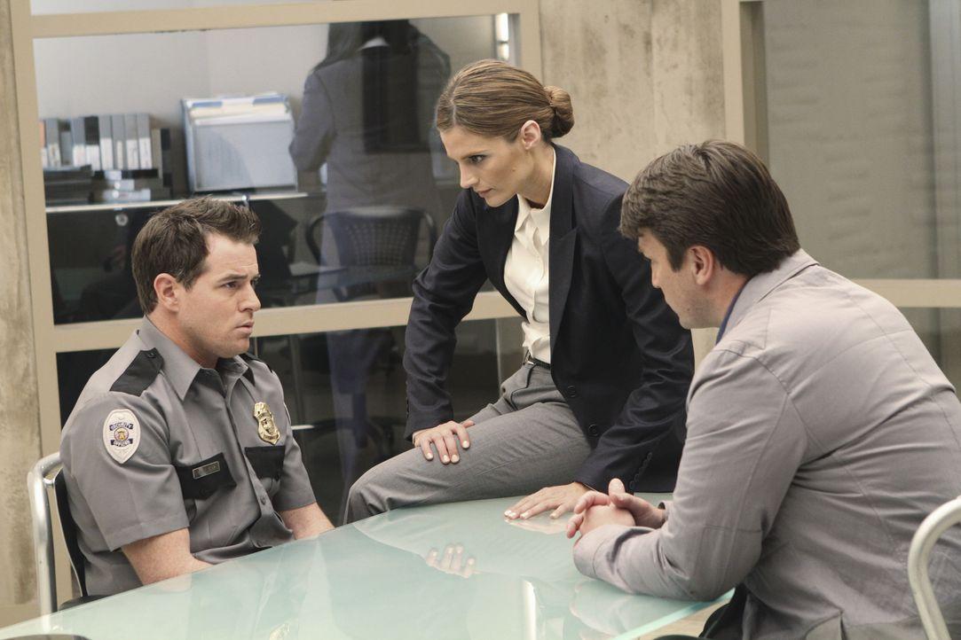 Reggie Walsh (Derek Phillips, l.) scheint mehr zu wissen, als er zugibt, doch Castle (Nathan Fillion, r.) und Beckett (Stana Katic, M.) kann er nich... - Bildquelle: ABC Studios