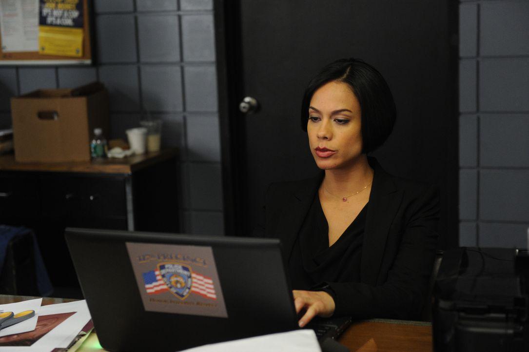 Steht Carrie und Al bei den Ermittlungen bei: Nina (Daya Vaidya) ... - Bildquelle: 2011 CBS Broadcasting Inc. All Rights Reserved.