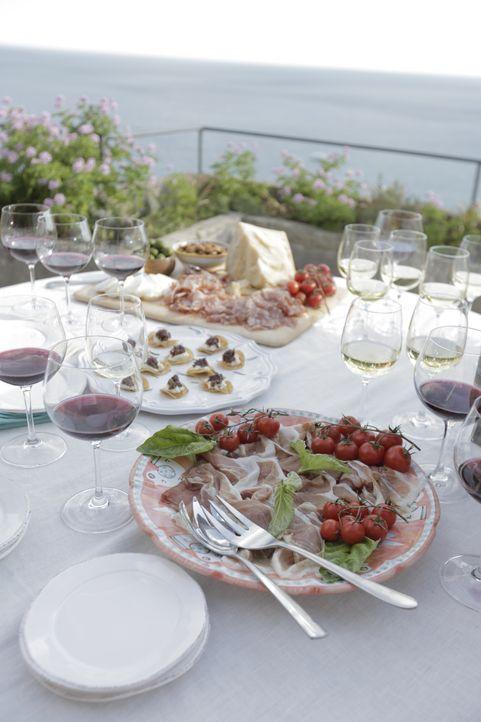Zu einem guten Essen gehört auch das passende Glas Wein. Giada weiß ganz genau, worauf man dabei achten muss und wie man Wein und Mahlzeit am besten... - Bildquelle: 2015,Television Food Network, G.P. All Rights Reserved