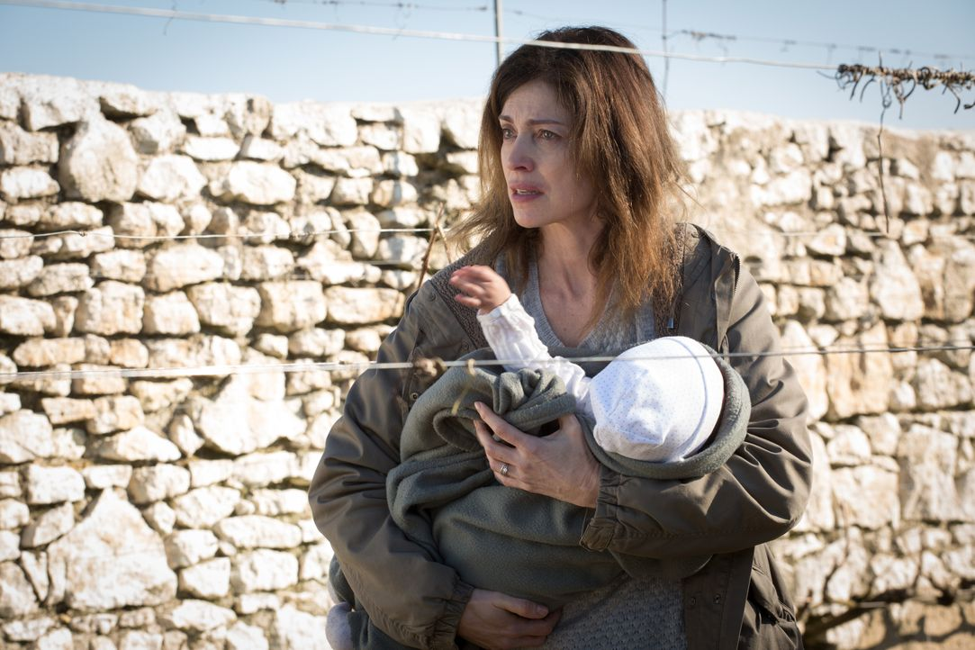 Als Karine Corbin (Dorothée Briere) das Baby der verletzten Frau vom Straßenrand aus dem Krankenhaus stiehlt, fasst sie einen grausigen Plan ... - Bildquelle: Eloïse Legay 2016 BEAUBOURG AUDIOVISUEL / Eloïse Legay