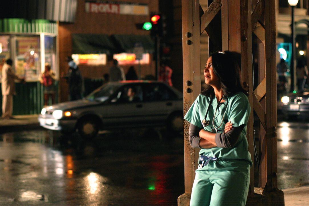 Nachdem Neela (Parminder Nagra) einen Anfängerfehler gemacht hat und daraufhin von Pratt zur Rechenschaft gezogen wird, bricht sie in Tränen aus ... - Bildquelle: WARNER BROS