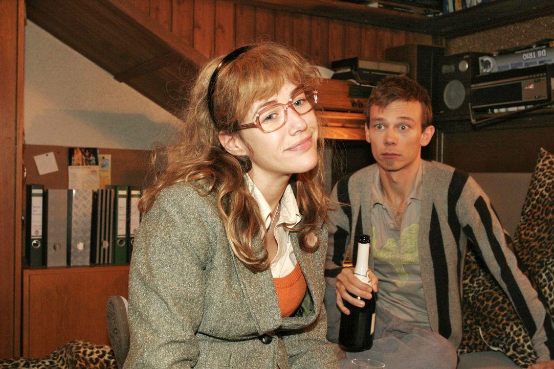 Im Gegensatz zu Jürgen (Oliver Bokern, r.) glaubt Lisa (Alexandra Neldel, l.), dass Mariella und David sich trennen - und dass David sie gleich auf... - Bildquelle: Noreen Flynn SAT.1 / Noreen Flynn