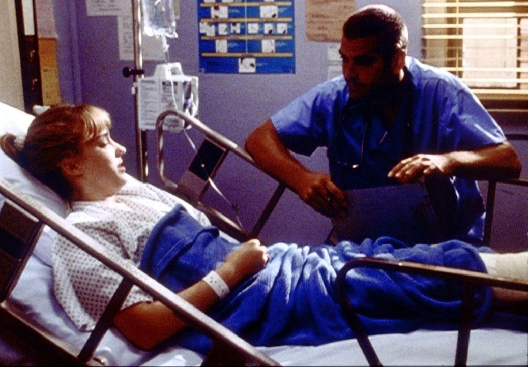 Die 15-jährige Dana (Ashley Johnson, l.) leidet an einem Tumor. Ross (George Clooney, r.) versucht ihr schonend beizubringen, dass ihr Bein höchstwa... - Bildquelle: TM+  2000 WARNER BROS.