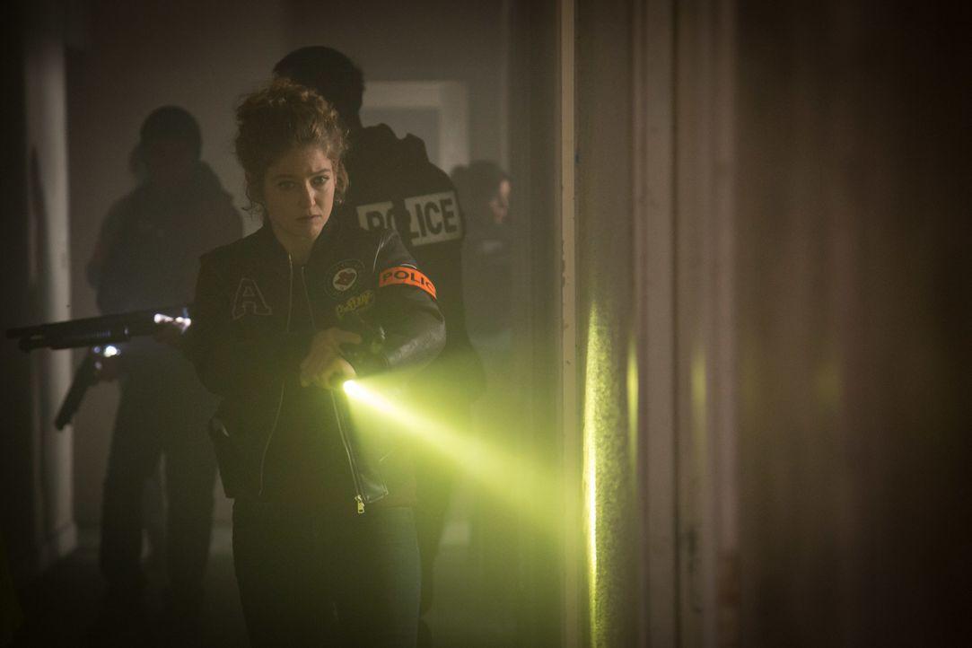 Es ist ein gefährlicher Einsatz für Emma (Sophie de Fürst) und das Team - finden sie in dem verlassenen Gebäude, Argos Hinweis folgend, wirklich den... - Bildquelle: Eloïse Legay 2016 BEAUBOURG AUDIOVISUEL / Eloïse Legay