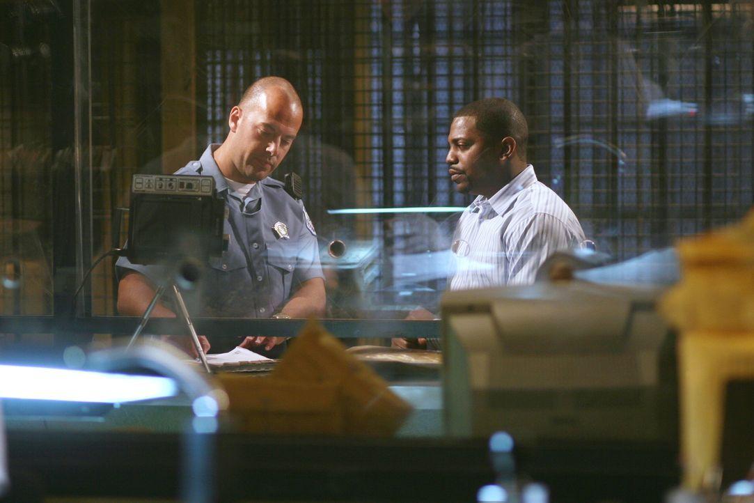 Dr. Gregory Pratt (Mekhi Phifer, r.) wird wegen Medikamentenmissbrauchs festgenommen und von einem Polizisten (Darsteller unbekannt) verhört. - Bildquelle: Warner Bros. Television