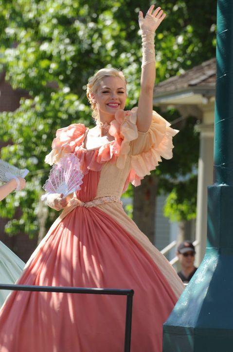 Die außerordentlich wichtige Gründertag Parade verläuft für Lemon Breeland (Jaime King) perfekt - noch ... - Bildquelle: Warner Bros.
