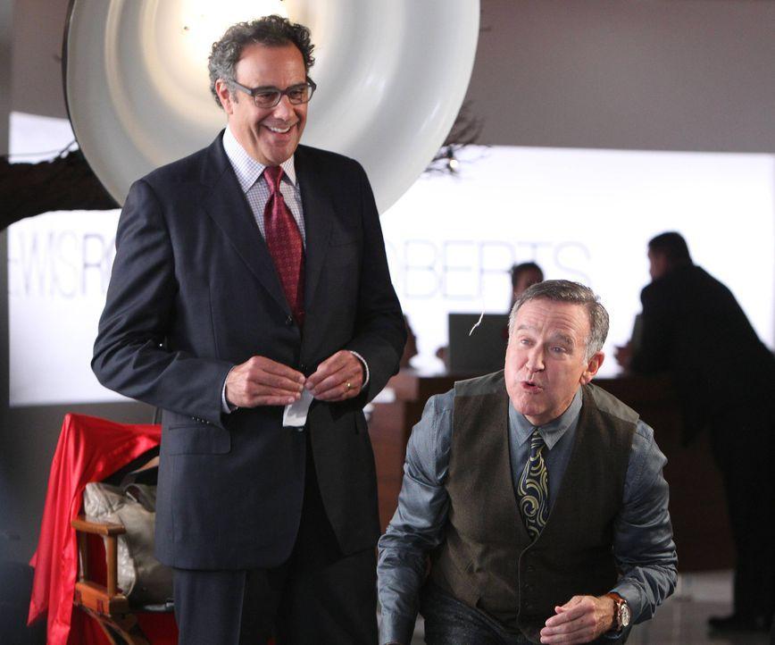 Während Simon (Robin Williams, r.) und Gordon (Brad Garrett, l.) sich nicht darüber einigen können, wer von beiden zugunsten eines Geschäftsabschlus... - Bildquelle: 2013 Twentieth Century Fox Film Corporation. All rights reserved.