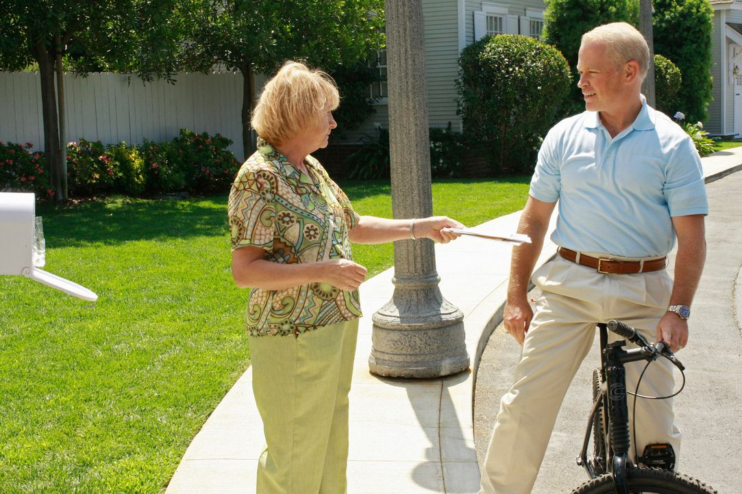 Als Dave (Neal McDonough, r.) erfährt, dass Karen McCluskey (Kathryn Joosten, l.) 70 wird, beschließt er, eine Überraschungsparty für sie zu organis... - Bildquelle: ABC Studios