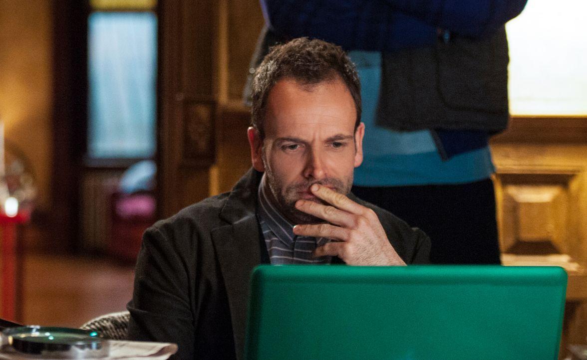 Versucht einen neuen Mordfall zu lösen: Sherlock Holmes (Jonny Lee Miller) ... - Bildquelle: CBS Television
