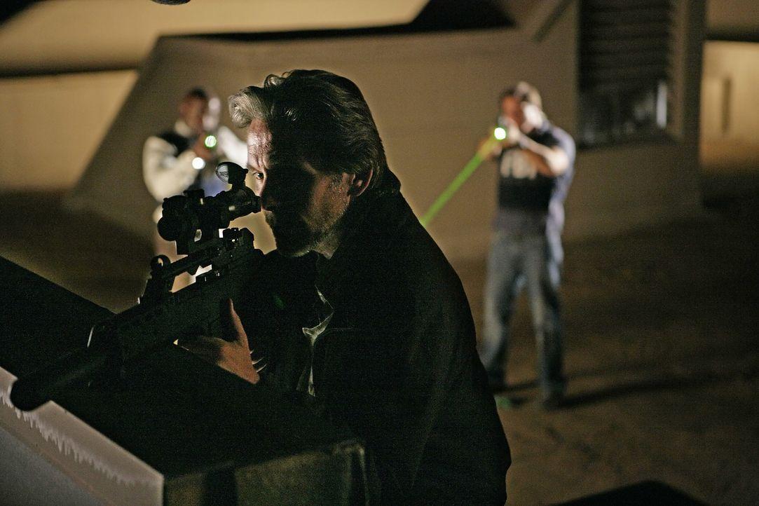 Gerade noch rechzeitig können David (Alimi Ballard, l.) und Colby (Dylan Bruno, r.) Shepard Crater (Gary Cole, M.) stoppen, bevor er sein Attentat a... - Bildquelle: Paramount Network Television