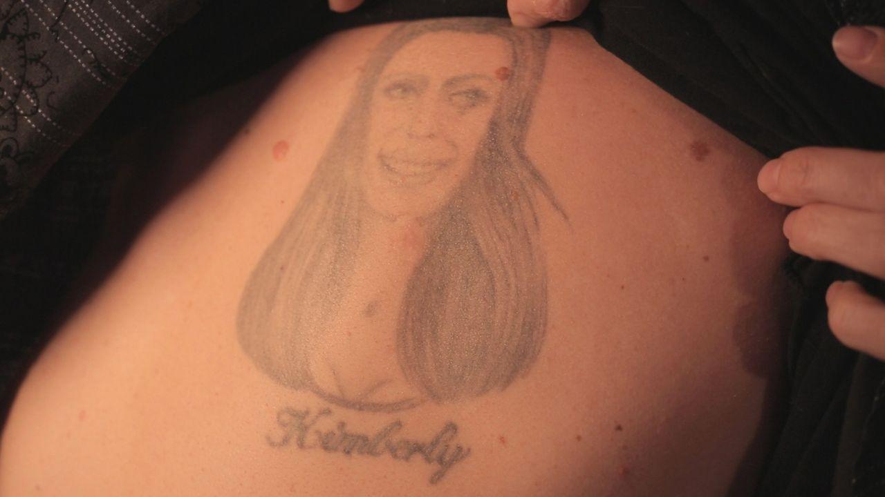 Das Antlitz seiner Frau schmückt den Rücken von John, zum Leid genau dieser Frau, die die Tätowierung mehr als verunglückt findet ... - Bildquelle: 2013 A+E Networks, LLC