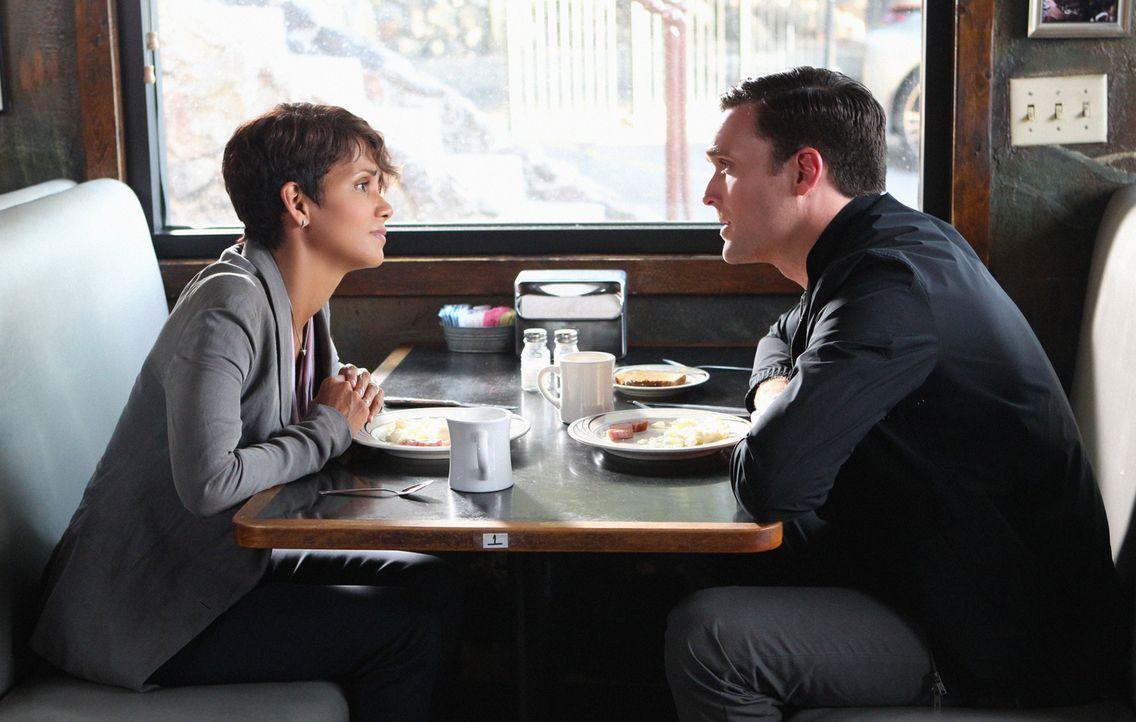 Noch wirkt Dr. Mason (Owain Yeoman, r.) sympathisch, doch will er Molly (Halle Berry, l.) wirklich helfen? - Bildquelle: Sonja Flemming 2014 CBS Broadcasting, Inc. All Rights Reserved