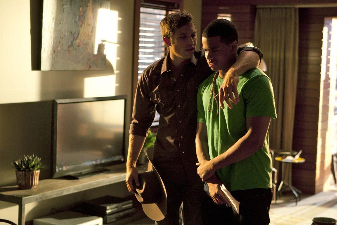 Austin (Justin Deeley, l.) gibt vor, Dixon (Tristan Wilds, r.) helfen zu wollen, doch meint er es wirklich ehrlich? - Bildquelle: TM &   2011 CBS Studios Inc. All Rights Reserved.