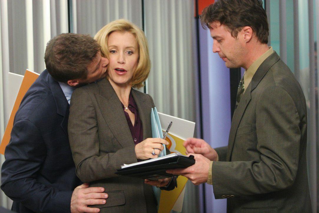 Tom (Doug Savant, l.) versucht verzweifelt, bei seinem neuen Chef Ed zu punkten und merkt dabei nicht, dass der auf seine Kosten Witze macht. Schlie... - Bildquelle: 2005 Touchstone Television  All Rights Reserved