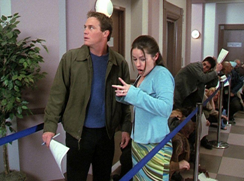 Piper (Holly Marie Combs, r.) hat eine neue starke Macht erhalten, und Leo (Brian Krause, l.) erklärt ihr, was es damit auf sich hat. - Bildquelle: Paramount Pictures