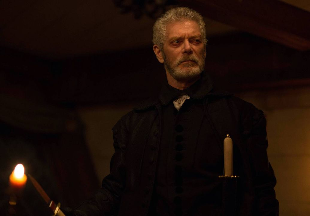 Increase Mather (Stephen Lang) greift ungefragt in die Methoden seines Sohnes ein und spielt damit den Hexen in die Karten ... - Bildquelle: 2013-2014 Fox and its related entities.  All rights reserved.