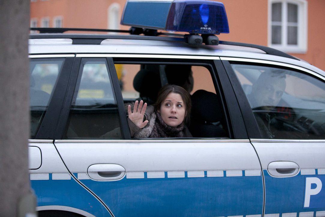 Bea (Vanessa Jung) wird von zwei Beamten direkt vor ihrem Haus verhaftet. In stundenlangen Verhören erhärtet sich der Verdacht gegen sie ... - Bildquelle: SAT.1