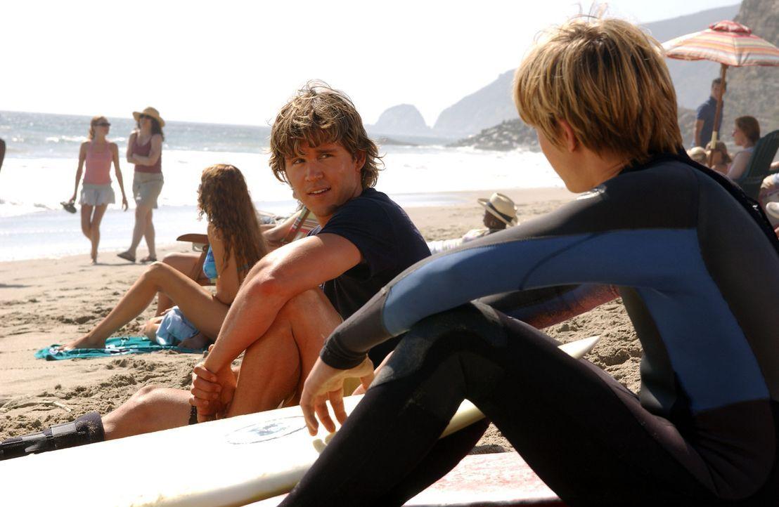 Bradin (Jesse McCartney, r.) versucht Jay (Ryan Kwanten, l.) aufzumuntern, da er nicht am lokalen Surf-Wettbewerb teilnehmen kann ... - Bildquelle: CBS Television