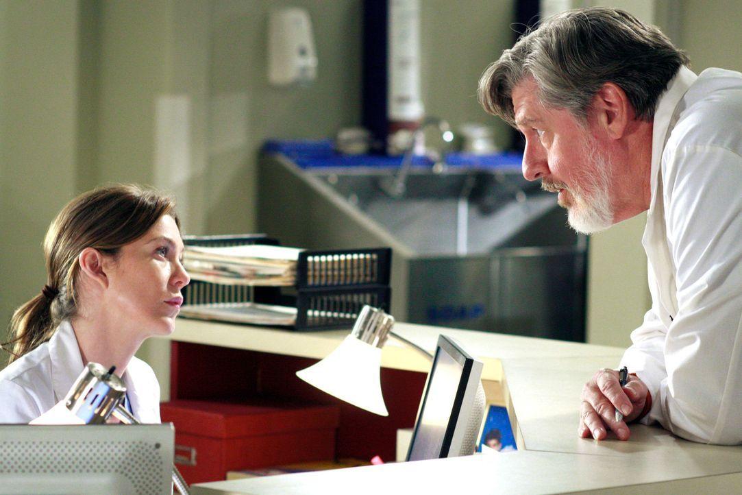 Meredith (Ellen Pompeo, l.) muss ihrem neuen Schützling Norman (Edward Herrmann, r.) beibringen, wie man schlechte Nachrichten überbringt - der er... - Bildquelle: Touchstone Television