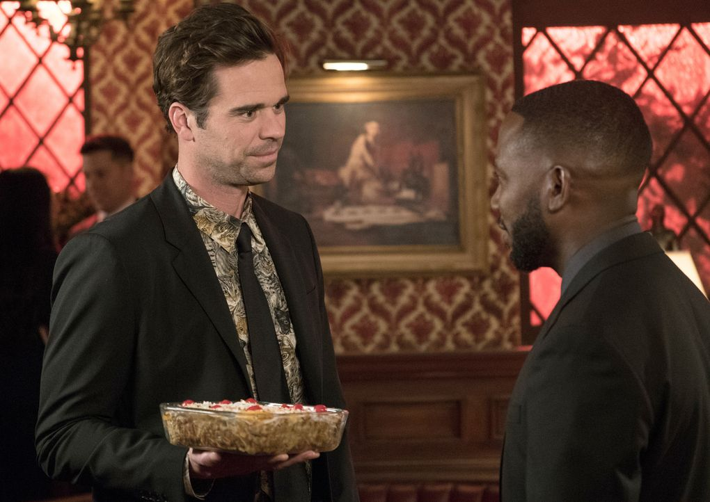 Sogar Jess' Ex-Freund Sam (David Walton, l.) folgt Winstons (Lamorne Morris, r.) Einladung, zur Enthüllung des Grabsteins eines guten Freundes ... - Bildquelle: Jesse Giddings 2018 Fox and its related entities.  All rights reserved.