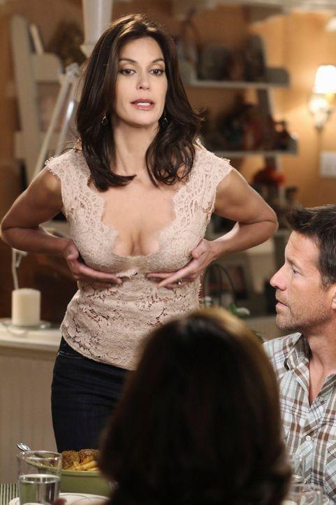 Um sich an Mike (James Denton, r.) zu rächen, schmeißt sich Susan (Teri Hatcher, l.) mit vollem Körpereinsatz Carlos an den Hals. Doch wird Mike sei... - Bildquelle: ABC Studios