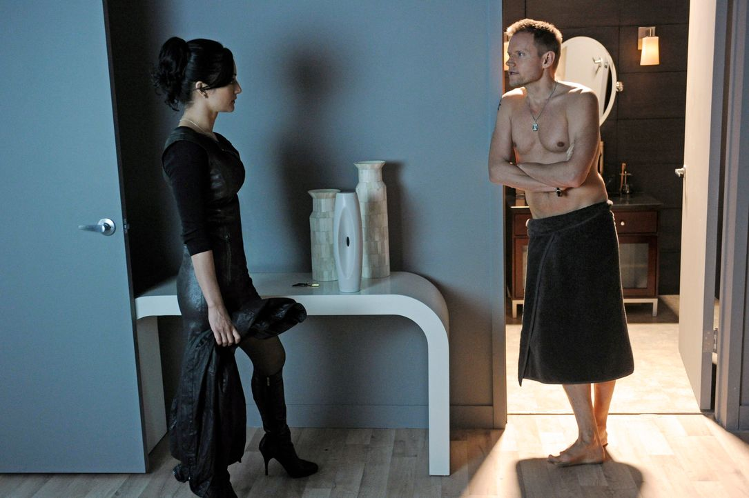 Die Skepsis von Kalinda (Archie Panjabi, l.) ihrem Noch-Ehemann Nick (Marc Warren, r.) gegenüber wächst ins Unermessliche ... - Bildquelle: Jeffrey Neira 2012 CBS Broadcasting, Inc. All Rights Reserved