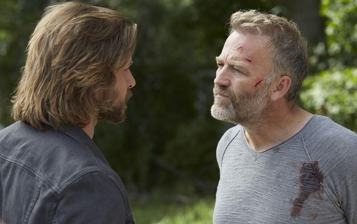 Clay (Greyston Holt, l.) versucht, wichtige Informationen über ein seltsames Zeichen aus Malcolm (James McGowan, r.) herauszubekommen ... - Bildquelle: 2015 She-Wolf Season 2 Productions Inc.
