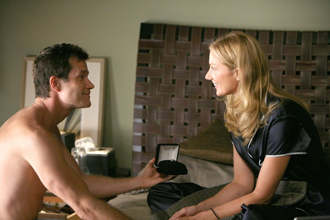 Nach alldem, was zwischen ihnen passiert ist, möchte Sean (Dylan Walsh, l.) Julia (Joely Richardson, r.) zeigen, dass er sie über alles liebt und... - Bildquelle: TM and   2004 Warner Bros. Entertainment Inc. All Rights Reserved.